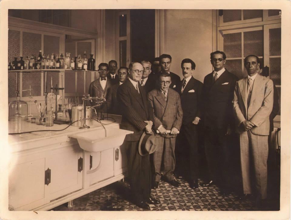 O cientista Arlindo de Assis o então ministro Ataulpho de Paiva em  antigo laboratórios da Liga Brasileira contra a Tuberculose.